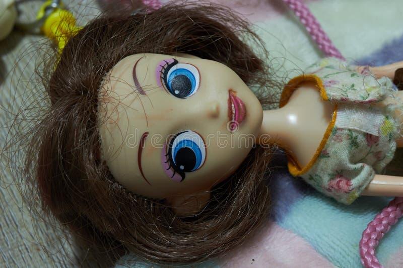 玩偶在有目光接触的谎言下位在女孩玩具概念,顶视图 图库摄影