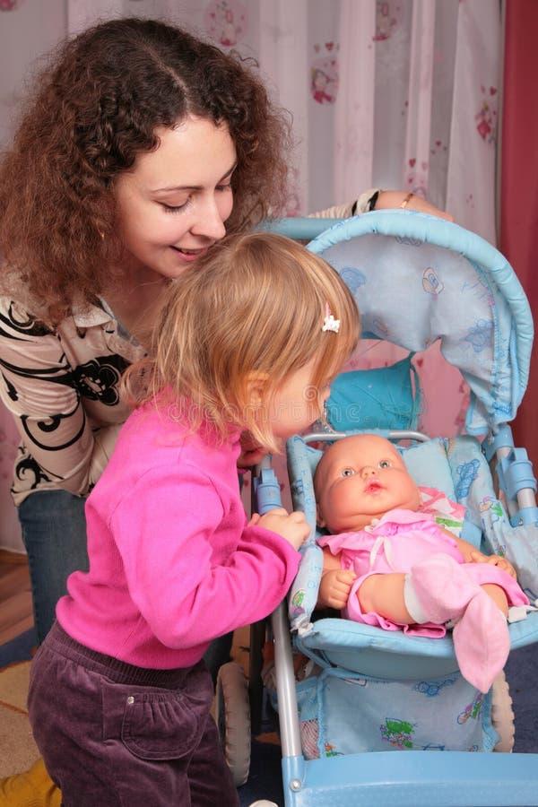 玩偶小女孩的母亲 免版税库存图片