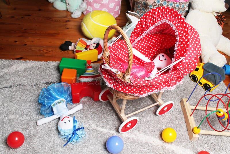 玩偶的台车在儿童居室 免版税库存图片