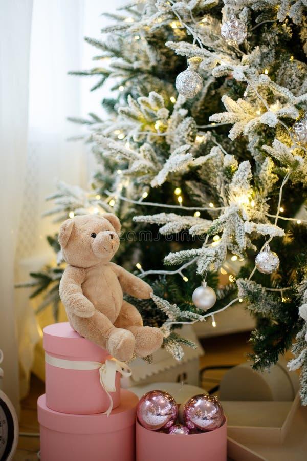玩具在用黄色诗歌选装饰的圣诞树的玩具熊 免版税库存照片