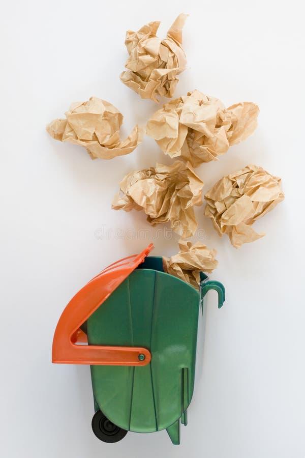 玩具垃圾箱和抛出的被弄皱的纸 顶视图 免版税库存图片