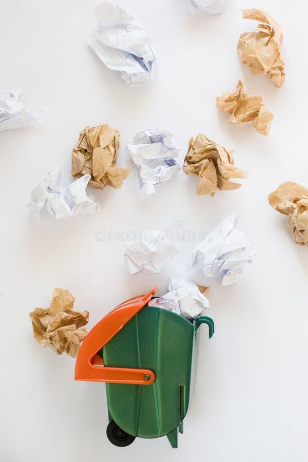 玩具垃圾箱和抛出的被弄皱的纸 顶视图 库存照片