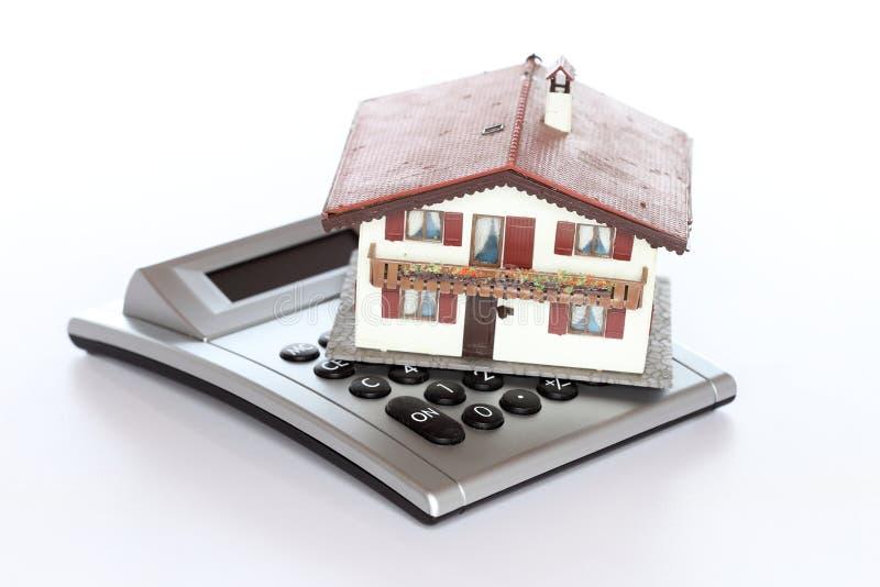 玩具房子模型和计算器 库存照片