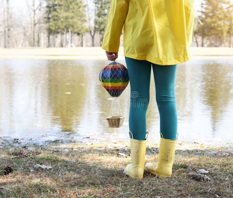 玩具气球的儿童在公园外 图库摄影