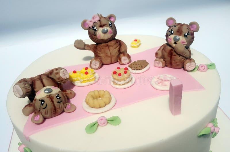 玩具熊在蛋糕的野餐模型 免版税图库摄影