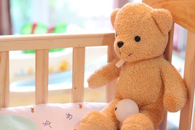 玩具熊坐儿童床 库存照片