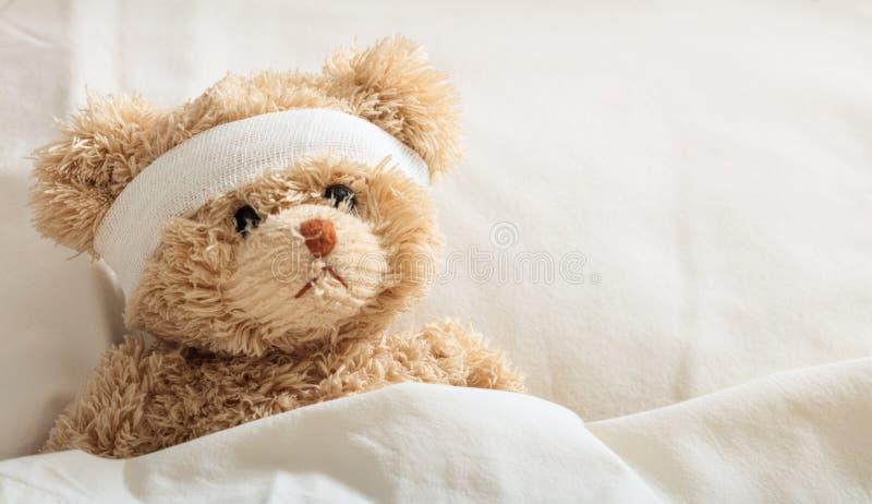 玩具熊病残在医院 免版税图库摄影