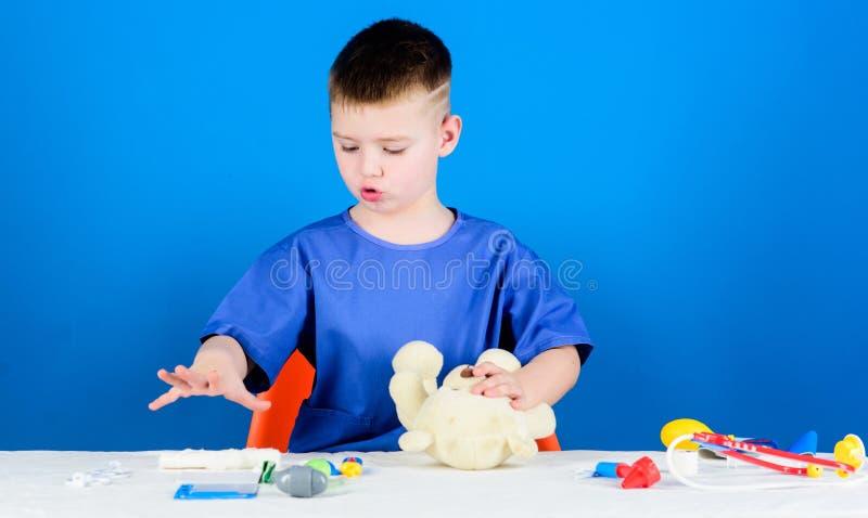 身体检查 r 玩具熊的医疗过程 男孩逗人喜爱的儿童未来医生事业 ?? 库存图片