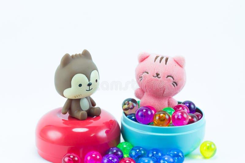 玩具熊,在红色蓝色礼物盒的漩涡猫 免版税库存图片