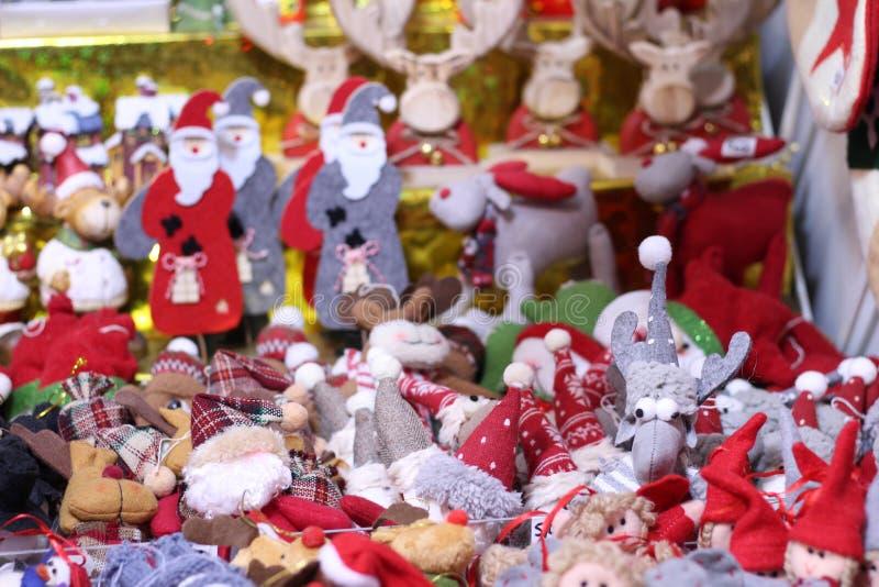 玩具装饰的分类圣诞树的在篮子在商店 免版税库存图片