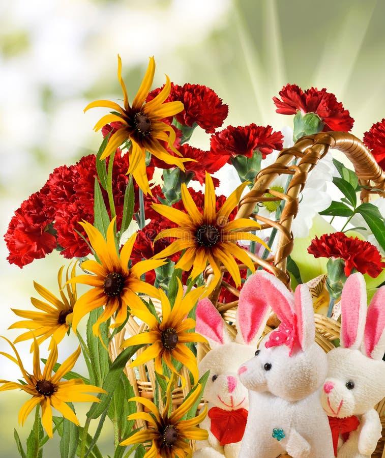 玩具野兔和花的图象在庭院里 库存照片