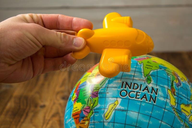 玩具飞机和地球 免版税库存图片