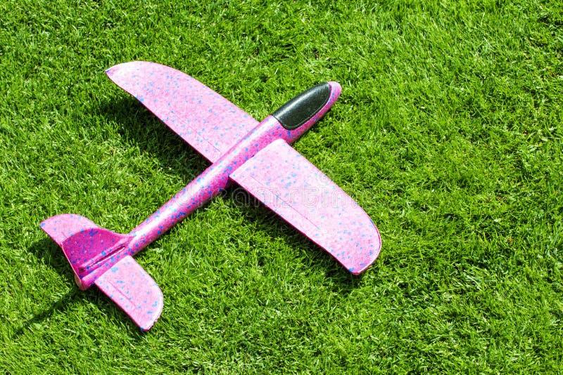 玩具飞机绿草背景 库存图片