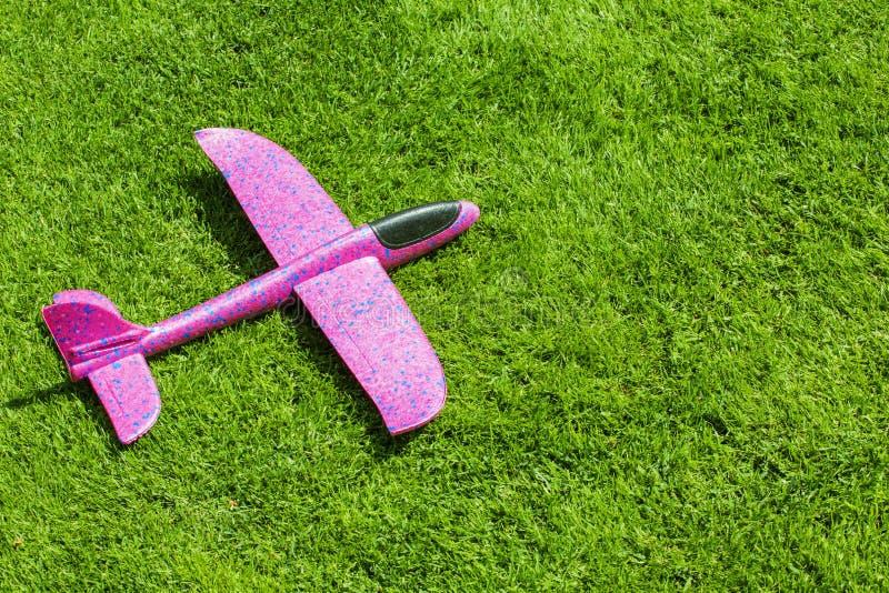 玩具飞机绿草背景 免版税库存照片