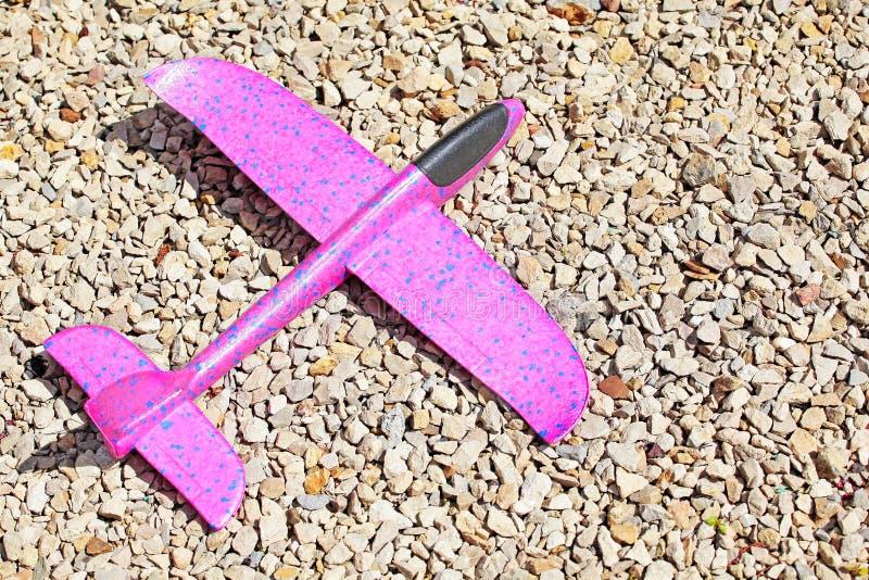 玩具飞机自然石背景 图库摄影