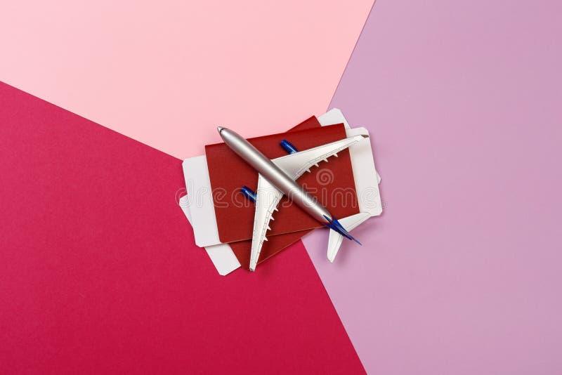 玩具飞机顶视图照片在颜色背景的 r 库存照片