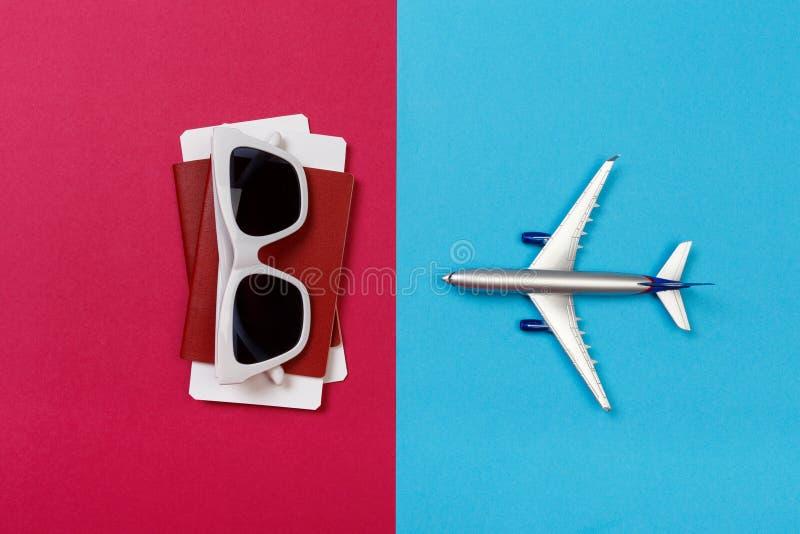 玩具飞机顶视图照片在颜色背景的 r 免版税库存照片