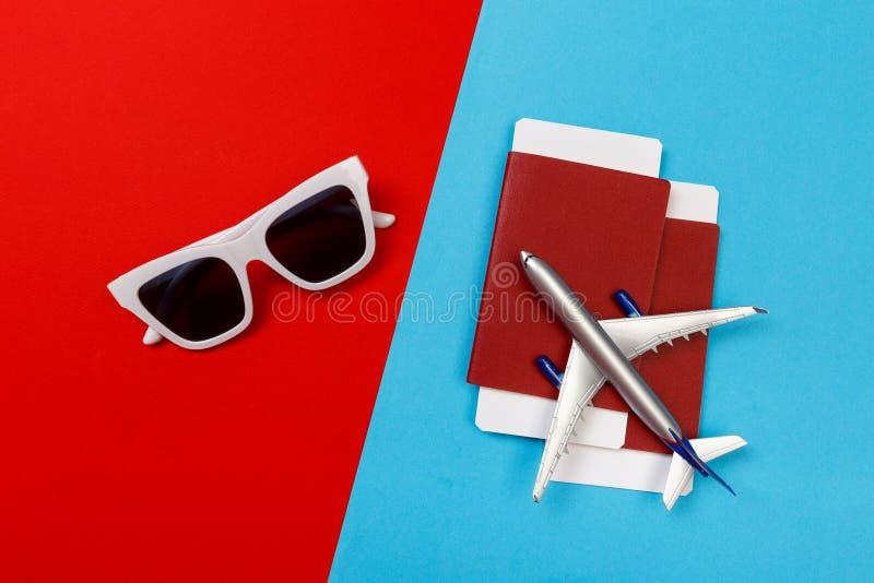 玩具飞机顶视图照片在颜色背景的 r 库存图片