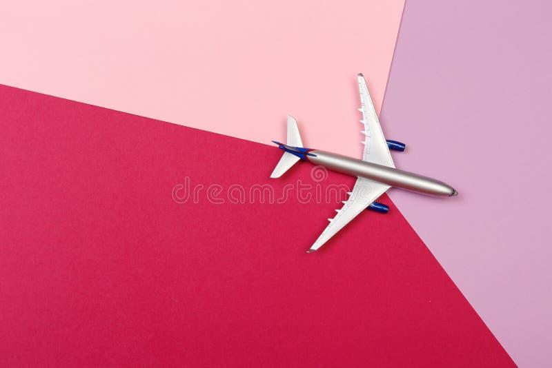 玩具飞机顶视图照片在颜色背景的 r 免版税图库摄影