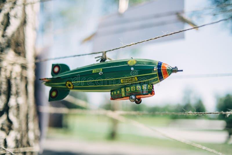 玩具飞艇在串垂悬 库存图片