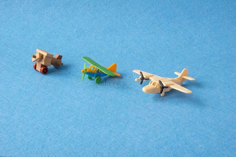 玩具飞行减速火箭在蓝色背景 套飞机葡萄酒模型在缩样的 库存照片