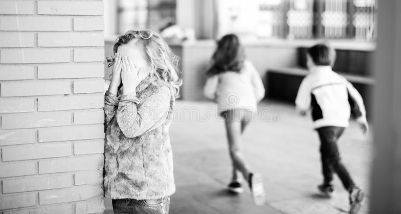 玩在校园的孩子捉迷藏 库存照片