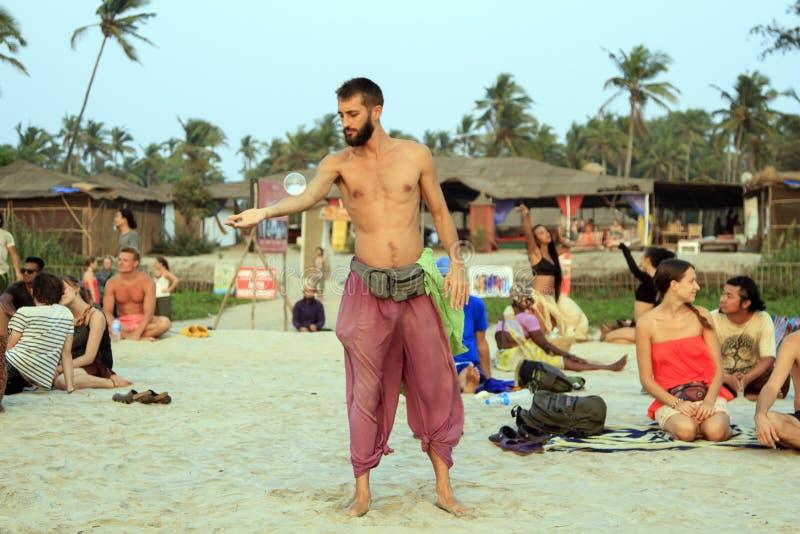 玩杂耍与在海滩的玻璃球的未认出的人 库存照片