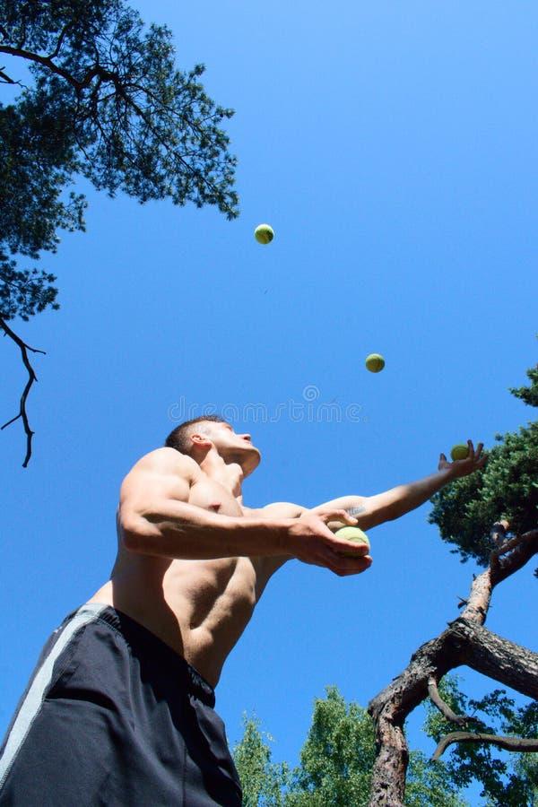 玩杂耍与球的人在公园 库存图片