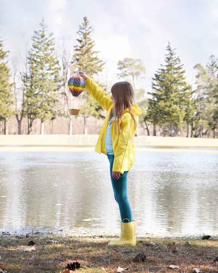 玩热气球的孩子 免版税库存照片