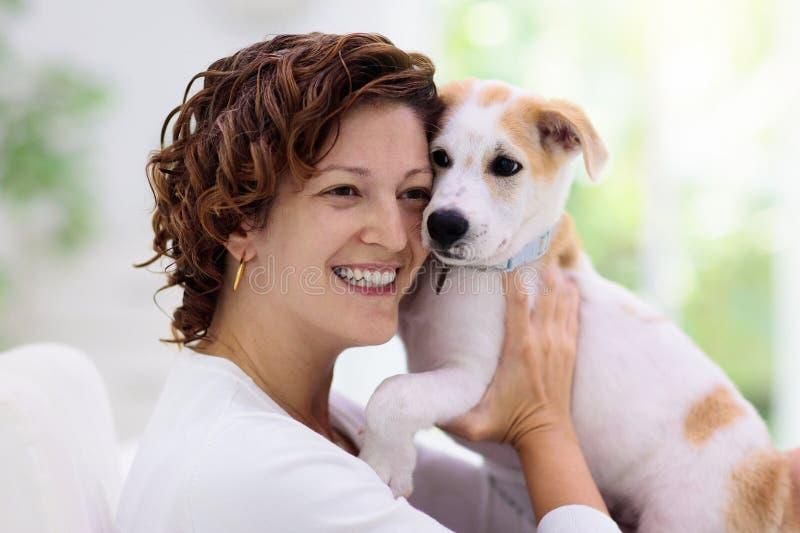 玩狗的女人 小狗和主人 库存照片