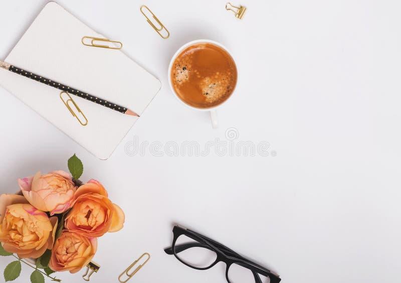 玫瑰、咖啡和其他小对象 免版税库存图片