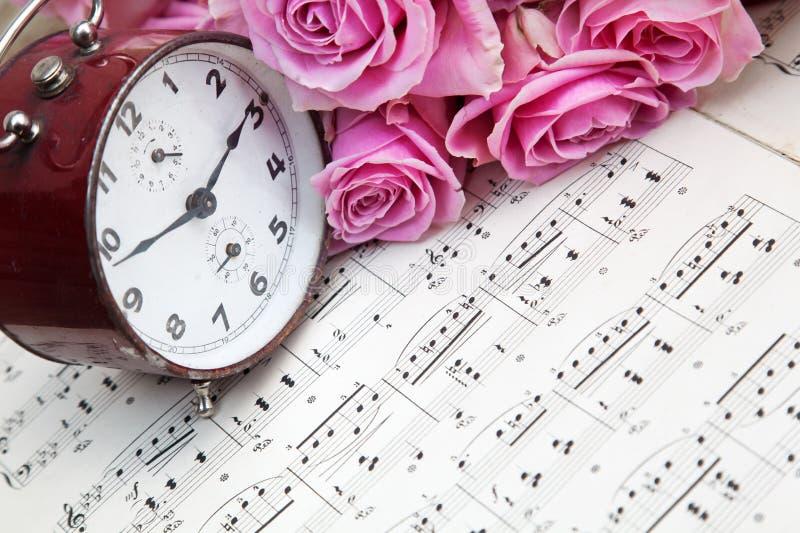 玫瑰、时钟和音乐 库存照片