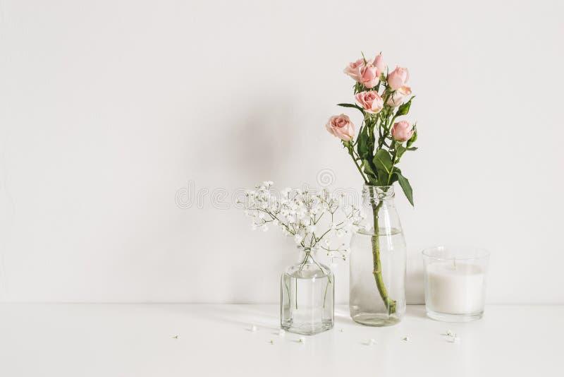 玫瑰、麦和蜡烛在桌墙壁背景 浪漫大模型模板 典雅的最低纲领派 免版税库存图片