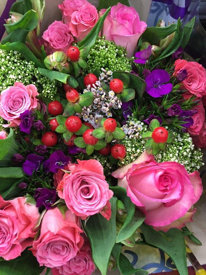 玫瑰和其他花混杂的花束  库存图片