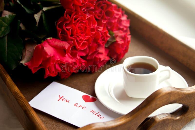 玫瑰和咖啡为情人节 免版税库存照片