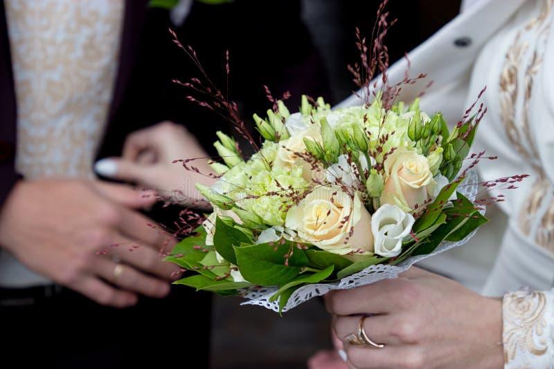 玫瑰和康乃馨花象牙和绿色婚姻的花束  免版税库存图片
