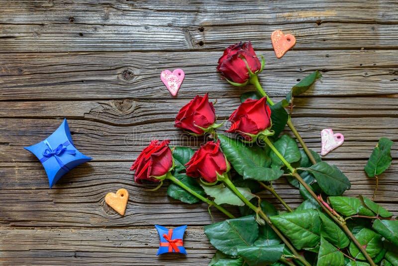 玫瑰和心脏形状在木背景 库存图片