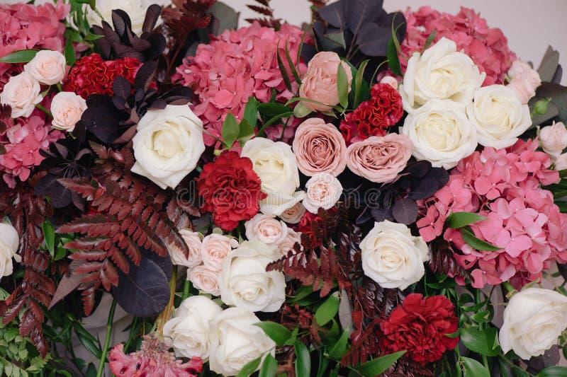 玫瑰和瓣,特写镜头婚姻的dicorating的花束  免版税库存照片