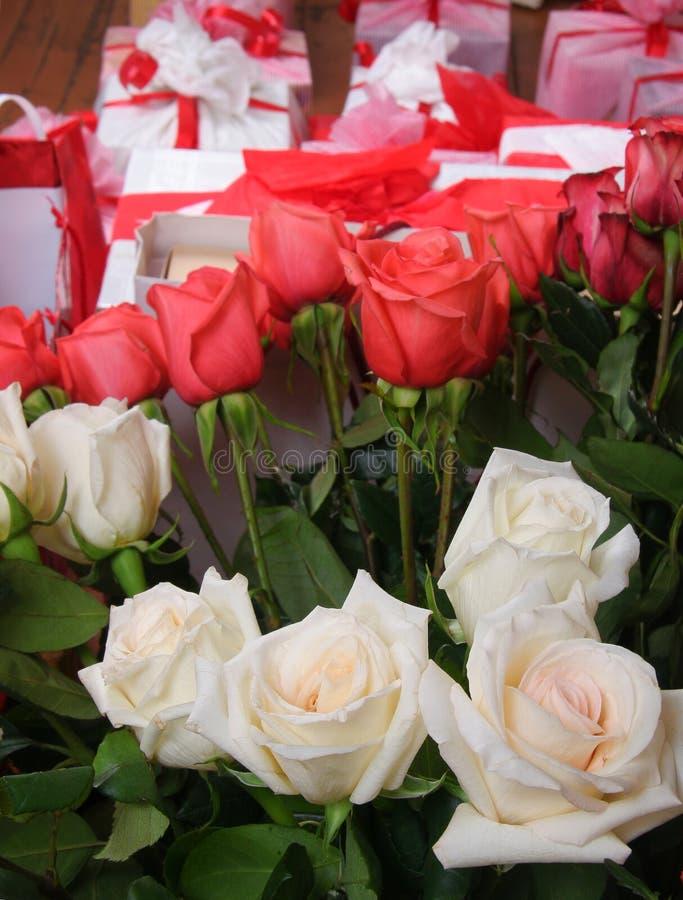 玫瑰和礼品 免版税库存照片