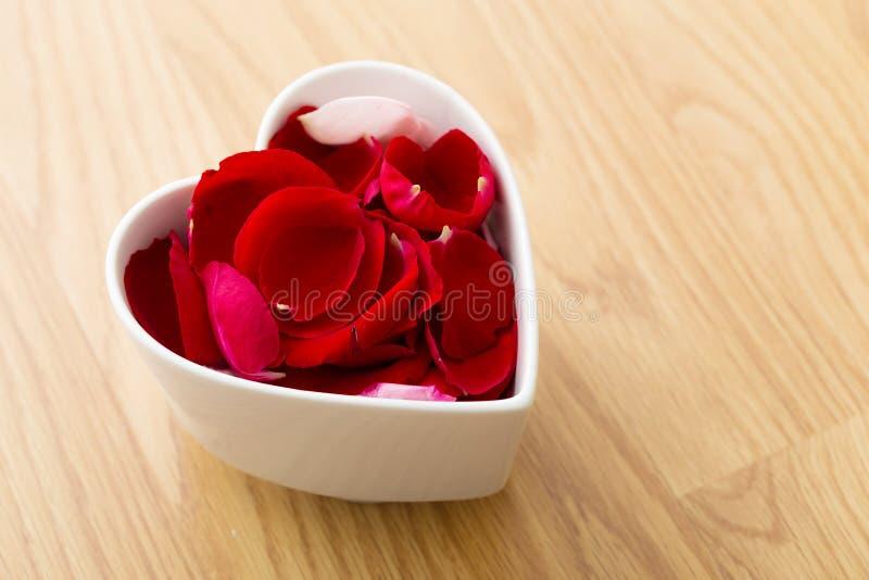 玫瑰在心脏碗的花瓣花 库存图片