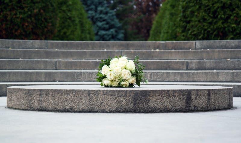 玫瑰婚姻的花束在花岗岩的 免版税库存照片