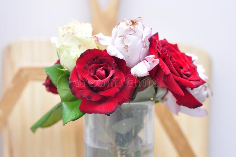 玫瑰小花束在一个花瓶的水 库存照片
