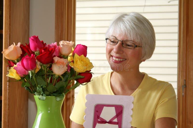 玫瑰微笑的妇女 库存图片
