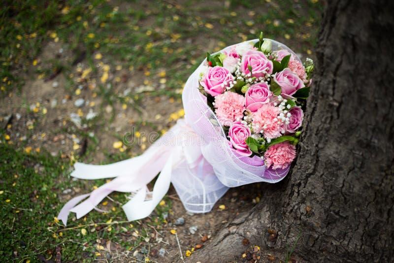 玫瑰桃红色婚礼花束  免版税库存照片