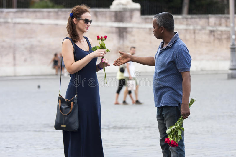 玫瑰的摊贩与游人的 免版税库存图片