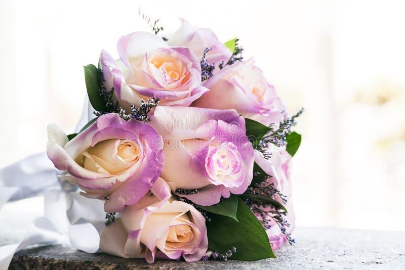 玫瑰美丽的嫩婚姻的花束特写镜头在婚礼那天 免版税库存图片