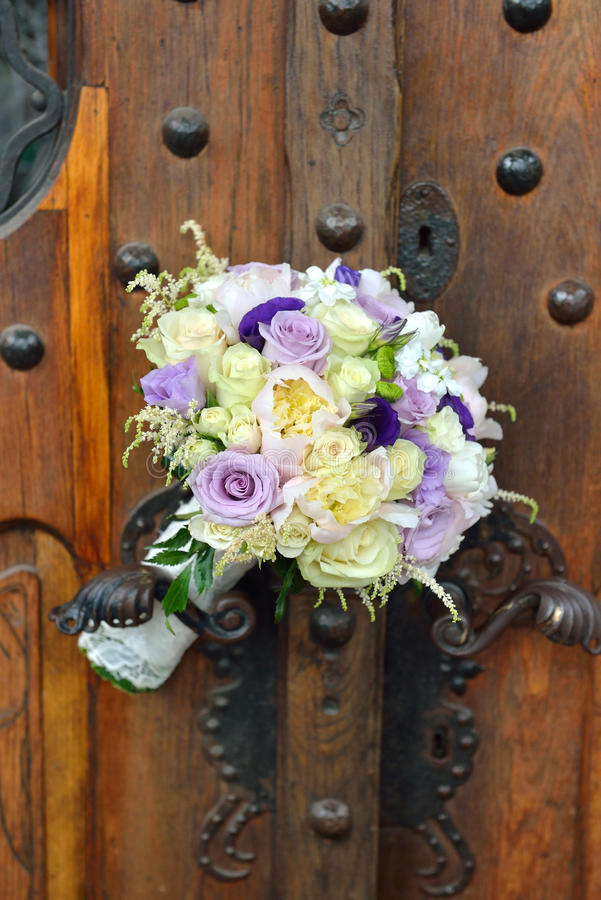 玫瑰美丽的新娘花束在缎材料说谎 豆杆 库存图片