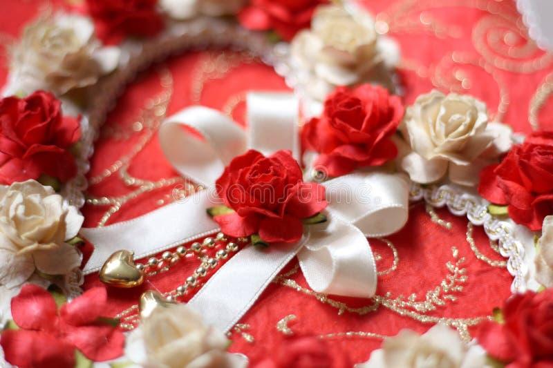 从玫瑰色花的葡萄酒心脏在红色纸背景.