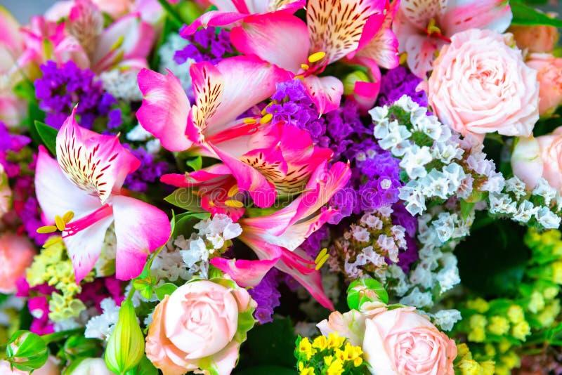 玫瑰花和瓣背景 美丽的花花束礼物的 2007个看板卡招呼的新年好 免版税库存图片