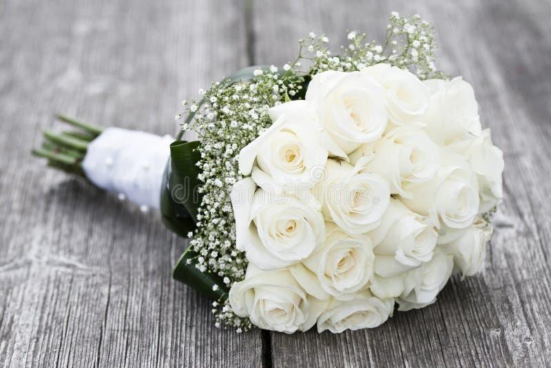 玫瑰花束在桌上的 免版税库存图片